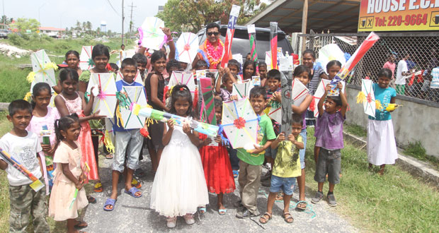 Annandale PPP group distributes 350 kites