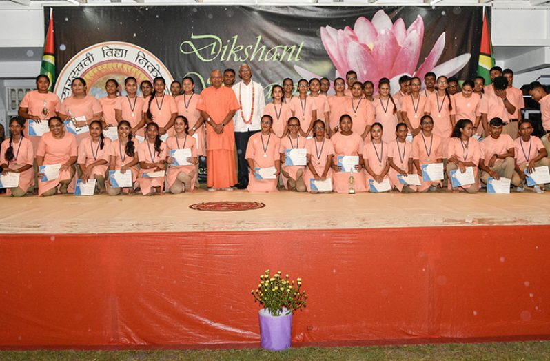 President David Granger and Swami Aksharananda Ji with the Class of 2019 (MoTP photo)