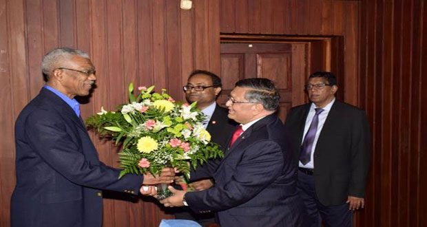 President David Granger being presented with a token by Managing Director of Bank of Baroda, Mr Amit Kumar and Chief Executive Mr Ashok Kumar Grag