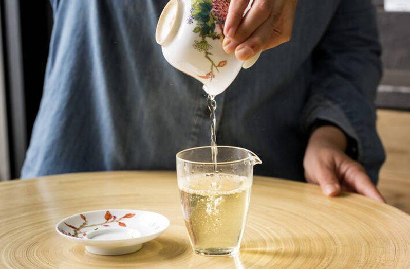 Preparation of a Chinese green tea (Xi Hu Long Jing Supreme) in a Rome tea shop